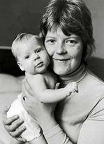 世界初の体外受精児ルイーズ・ブラウンさんと母レスリーさん(1978年)Photo: Brian Bould / Daily Mail / Rex Features / IBL Bildbyrå
