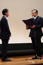 岩本学会長から感謝状を受ける池川さん