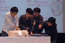 会場の学生と一緒にAEDを使った救急蘇生の実演を行っている様子